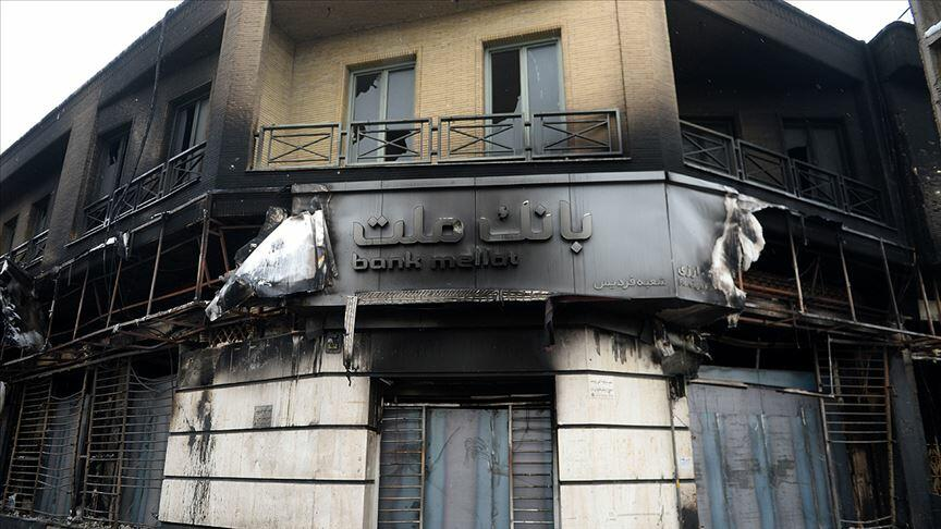 İranda 900-dən çox bank şöbəsi yandırılıb