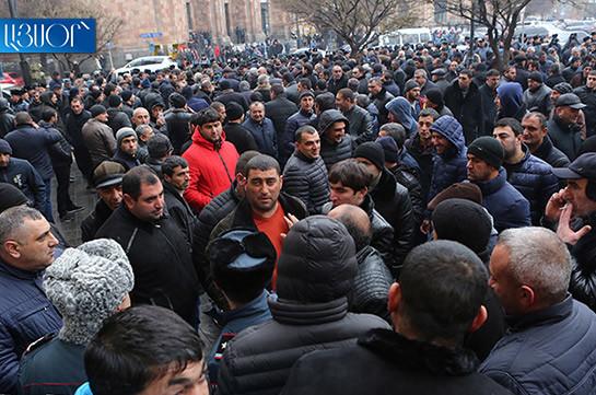Ermənistanda etirazlar başlandı, yollar bağlandı