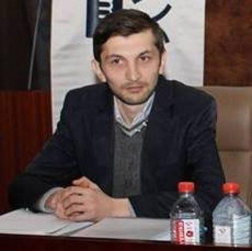 Dövlətə xəyanətdə ittiham edilən jurnalist MƏHKƏMƏ QARŞISINDA