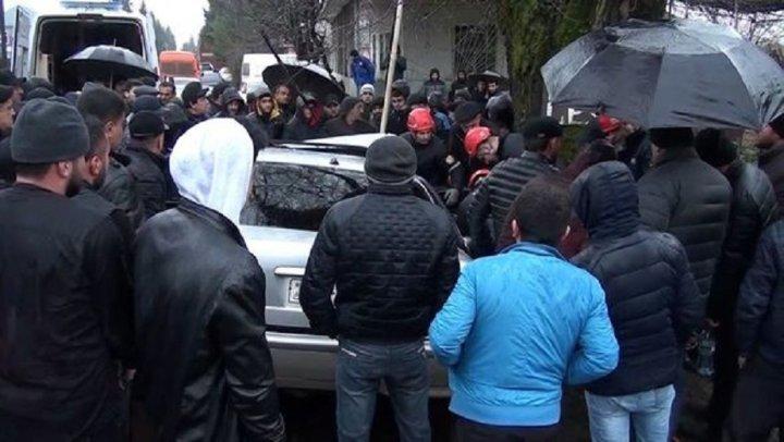 Azərbaycanda ağır qəza – sürücü əzilmiş maşının içərisində qaldı