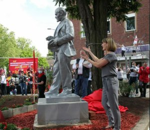 Almaniyada Leninin abidəsi ucaldıldı