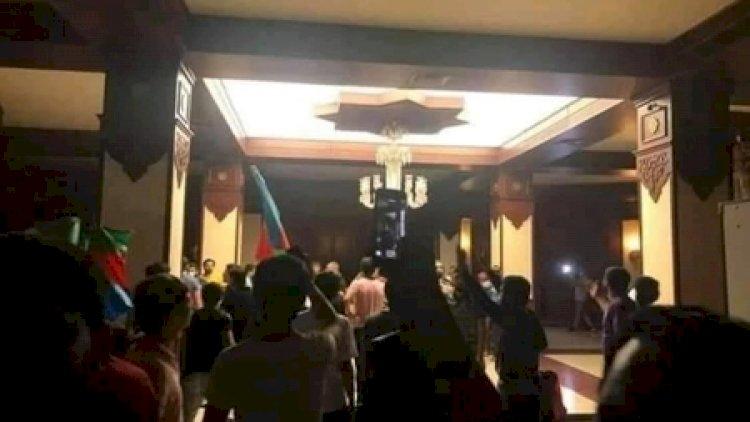 Mitinqə təxribat qatıldı: zorla MM -in binasına girdilər, polis maşınını devirdilər – Fotolar