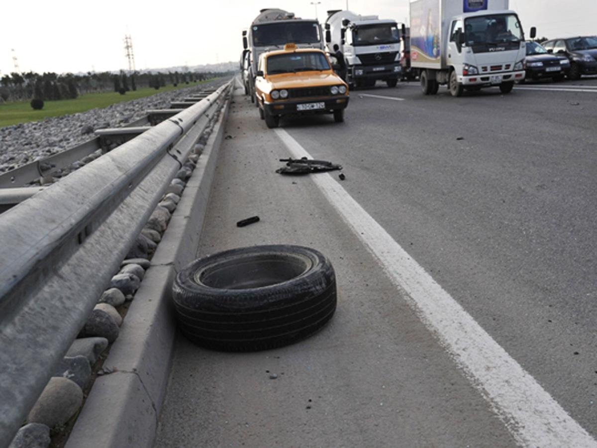 """Biləsuvarda ağır qəza: """"Mercedes"""" traktorla toqquşdu – Ölən var"""