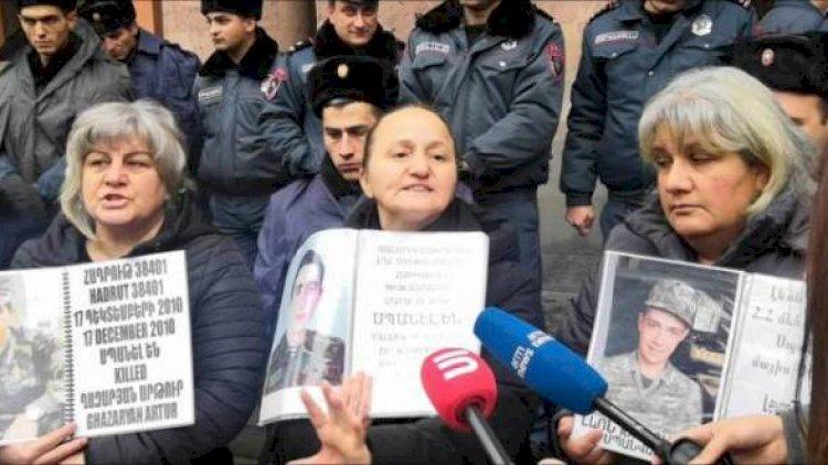Ermənistanda əsgər anaları maddi yardım tələb edirlər