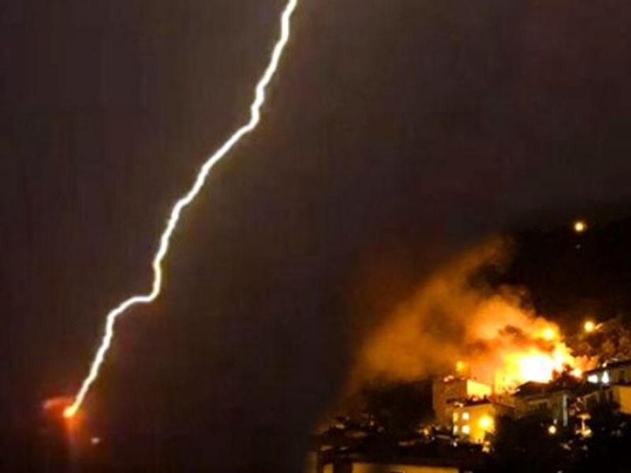 QORXULU ANLAR: Evi ildırım vurub yandırdı